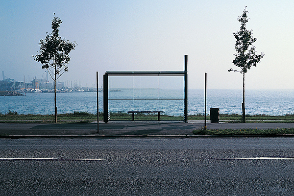 Busstoppested med udsigt vand-havn